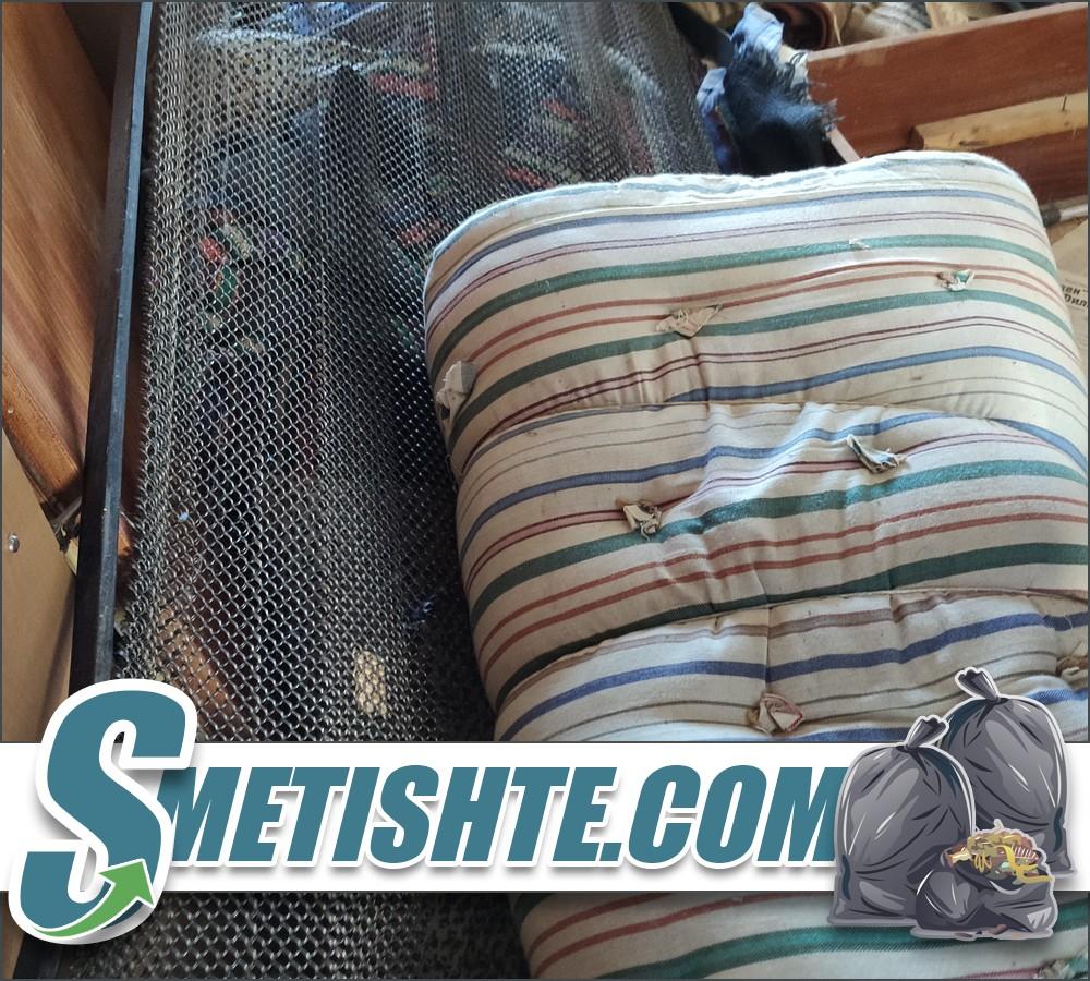 Хамали за почистване на отпадъци и мебели от апартамент