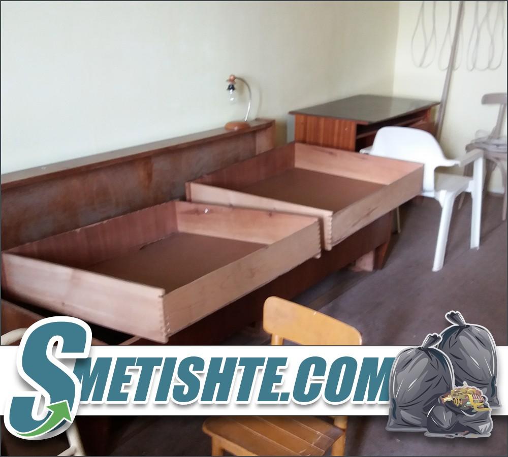 Изхвърля мебели от апартамент за почистване